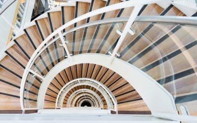 Jakie balustrady wybrać do schodów drewnianych?